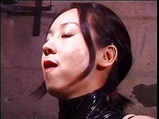 Nette orientalische Domina-Göttin peitscht Sex-Bondman im Thraldom-Keller