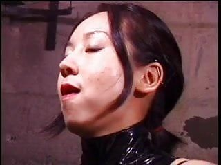 Linda oriental Femdom: diosa látigos sexo bondman en sótano de aula
